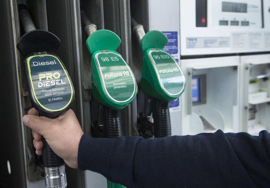 Yritystukia hallitus aikoo ensivaiheessa karsia vain 120 miljoonalla eurolla. Leikkaus koskee parafiinisen dieselöljyn veronalennusta.