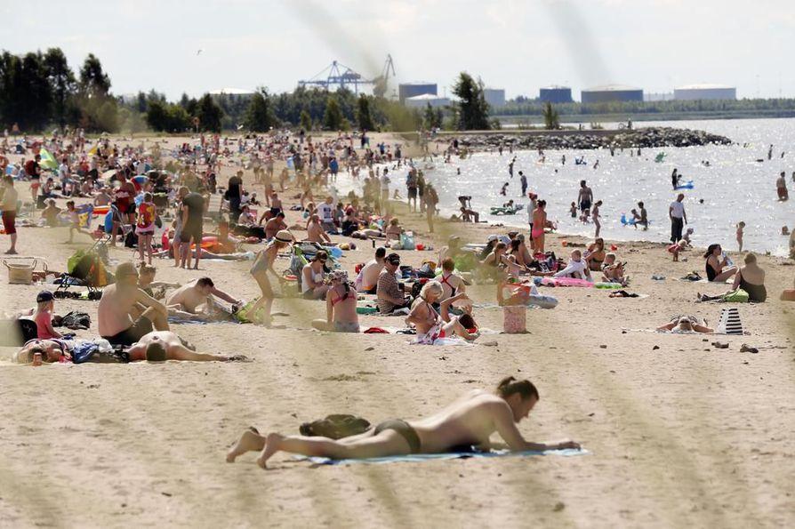 Nallikarissa voi heinäkuun loppupuolella yhdistää rantapäivän ja työnhaun.