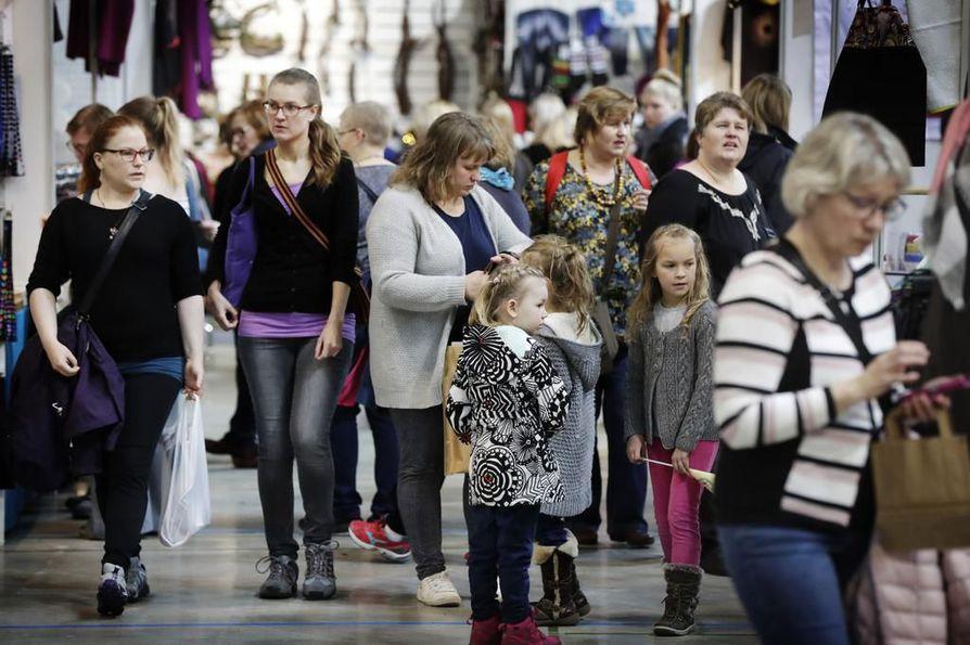 Kädentaito- ja hyvinvointimessut keräsivät lauantaina mukavasti väkeä Ouluhalliin. Messut jatkuvat sunnuntaina.