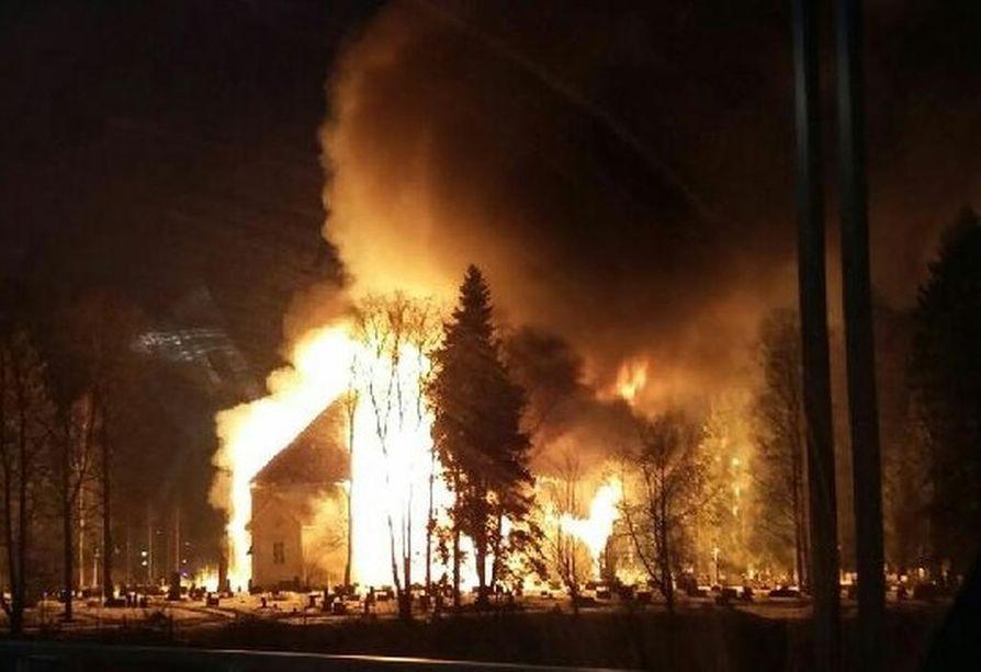 Ylivieskan kirkko paloi maan tasalle pääsiäislauantaina.
