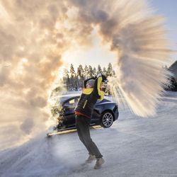 """Kaleva testasi oululaisen Janne Rajalan sähköauton talven kylmimpänä pakkaspäivänä, eikä akkukaan ollut täynnä – """"Onhan se vähän jännempää nähdä, päästäänkö perille vai ei"""""""