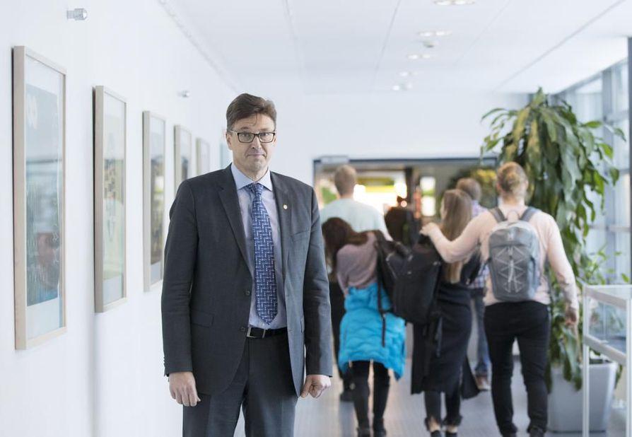 Oulun yliopiston rehtori Jouko Niinimäki katsoo, että tähtitieteen yksikön tutkimusresurssit eivät ole heikentyneet.