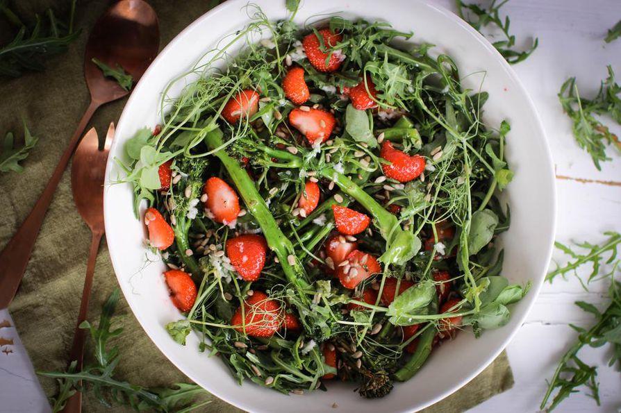 Äidin suosikkisalaatti pursuaa terveyttä ja hyvää oloa. Raikasta vihreyttä korostavat kevään tuoreet, kotimaiset mansikat.