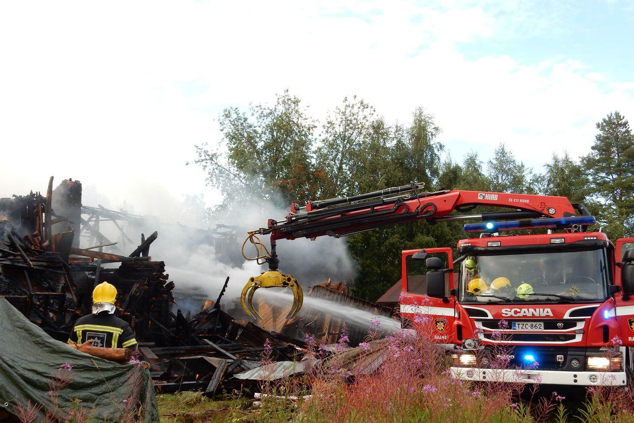 Salama sytytti asumattoman talon palamaan Raahessa – savu ja pelastustyöt haittasivat liikennettä tuntien ajan