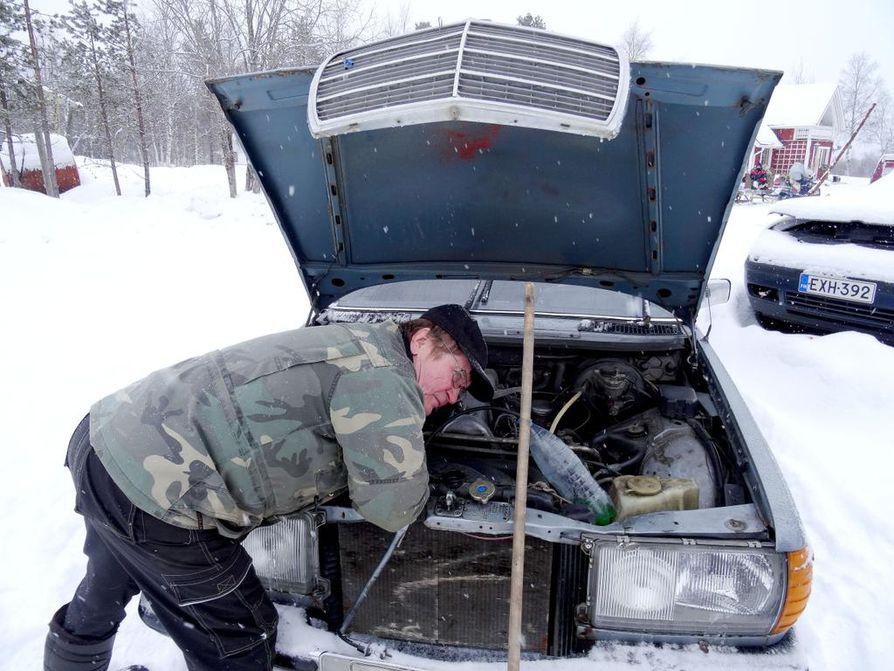 """Veli Matti Korppila varmistaa, että jäähdytysnesteet kestävät talven kovimmatkin pakkaset. """"Pakkanen se on, joka täällä syö auton."""""""