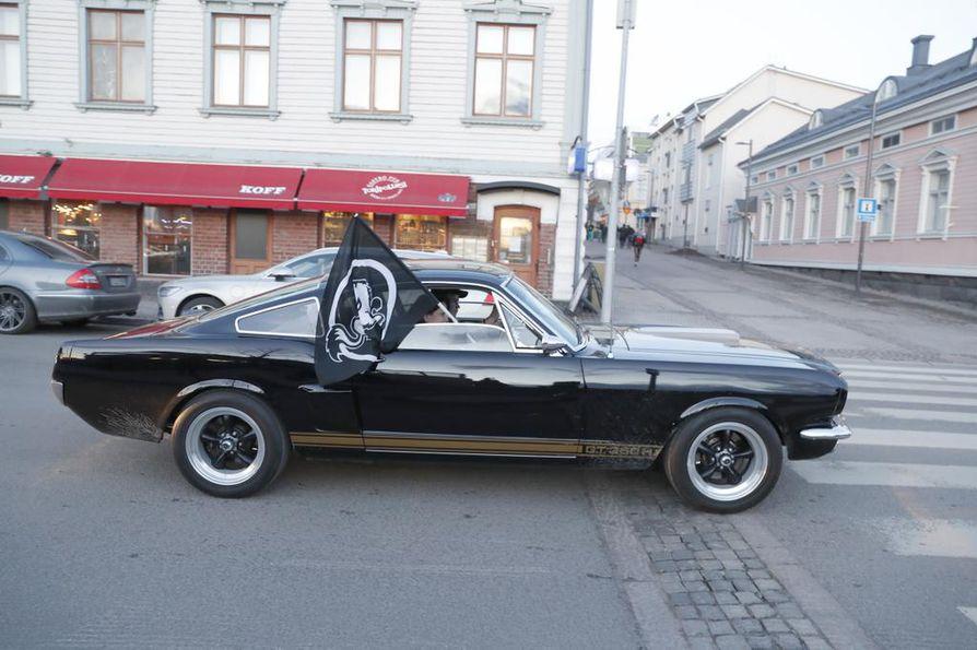 Kärppä-huiveja ja -lippuja liehutellaan autojen ikkunoista ja toria kiertävässä autoletkassa tööttäillään.