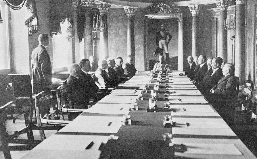 Kaarlo Castrénin hallitus kuvattiin hallitusmuodon vahvistamistilaisuudessa 17. heinäkuuta 1919. Sali tunnettiin vielä silloin senaatin istuntosalina, eikä seinillä ollut presidenttien kuvia. Valtionhoitaja C.G.E. Mannerheim istui pöydän päässä keisari Aleksanteri I:n muotokuvan alla.