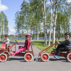 """""""Täällä on kiva ajaa"""" – Oula, Viivi ja Viljami harjoittelivat ajotaitoja innokkaasti – Kuusamon liikennepuistoon vain oireettomana ja mieluiten omat kypärät mukana"""