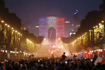 Maailmanmestaruudesta seonneiden ranskalaisten jalkapallojuhla jatkui yöhön