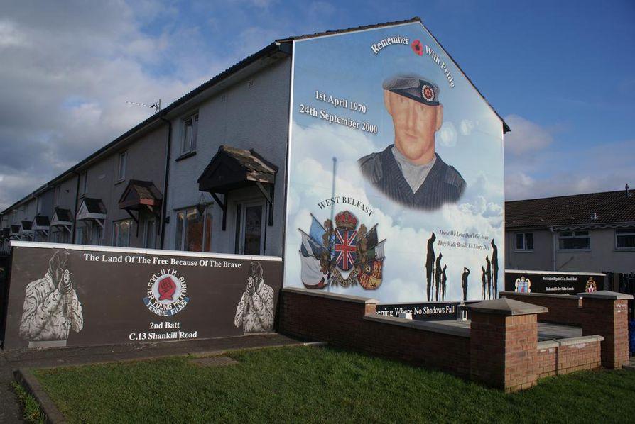Shankill Roadin alue on täynnä muraaleja, jotka muistuttavat menneistä uhreista ja puolisotilaallisten joukkojen voimasta.