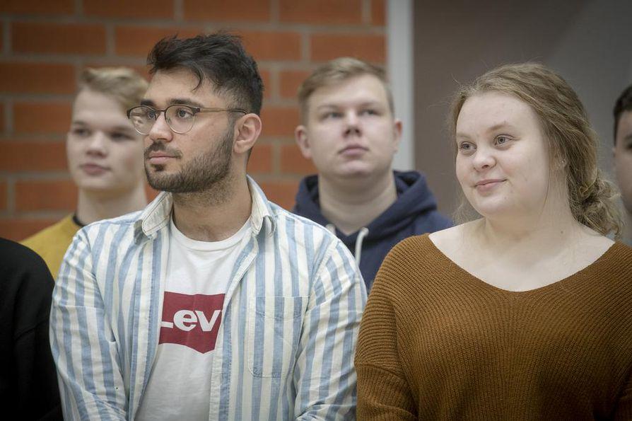 Opiskelukavereiden tuki on ollut Edris Hakimille (edessä vas.) arvokas apu opiskelussa. Elina Hakulinen hakee ensi keväänä haluamalleen sosiaalialalle ja Atte Puolakka (kesk.) tavoittelee opiskelupaikkaa yliopistosta tai ammattikorkeakoulusta.