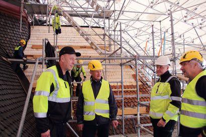 Oulaisten kirkon paanukatto alkaa olla valmis, 25 000 paanua on asennettu vanhan puukirkon suojaksi