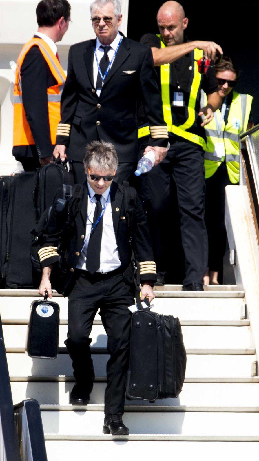 Bruce Dickinson toimi lentokapteeninan Iron Maidenin maailmankiertueella vuonna 2016. Kuvassa Dickinson on laskeutumassa Amsterdamin Schipholin lentokentälle.