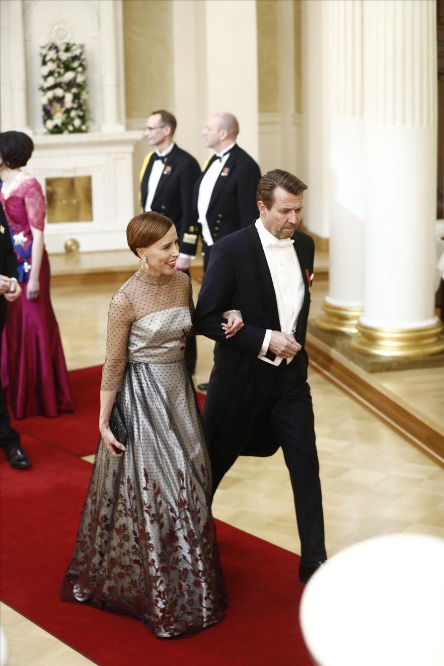 Dokumenttiohjaaja Virpi Suutari ja näyttelijä Martti Suosalo astelemassa pois presidentin kättelystä.