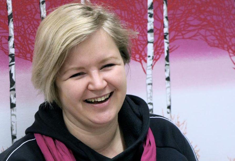 Oulun Nauruklubin vetäjä Hanna Pietilä kertoo nauravansa usein ihan yksikseenkin vaikkapa autoa ajaessaan.