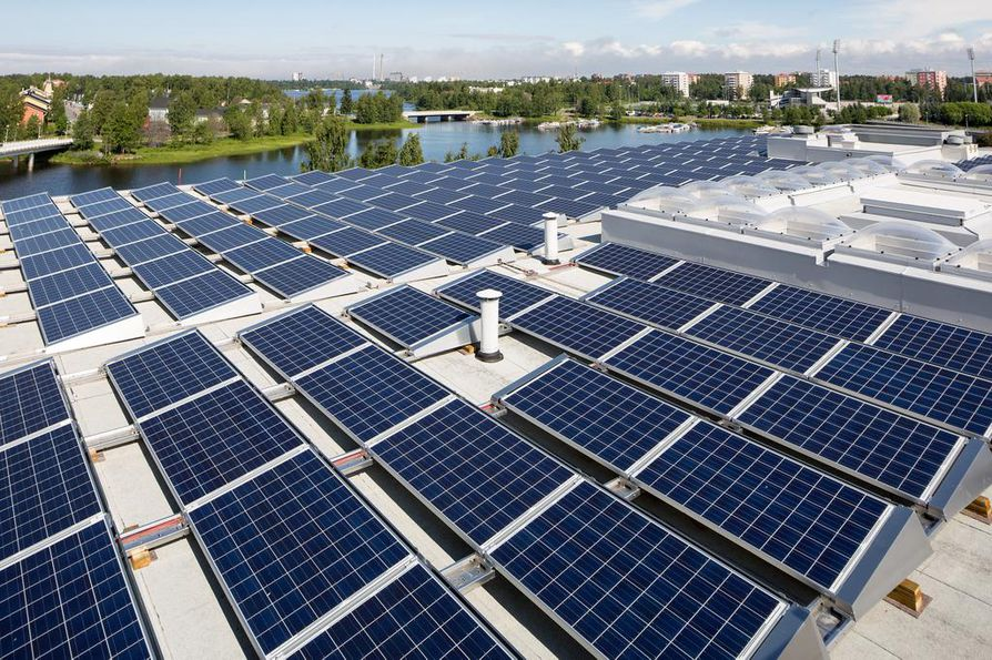 Oulun kirjaston katolle asennettiin aurinkopaneelit kesällä 2016.