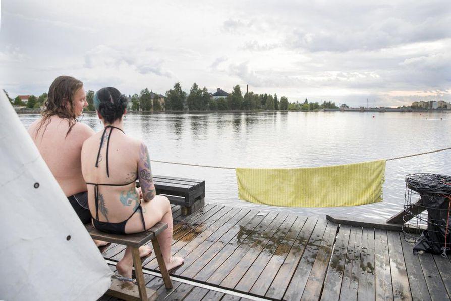 Harri Leinonen ja Viktoria Barabas nauttivat kesäillan tunnelmasta Kesän Saunalla Tuiran uimarannalla.
