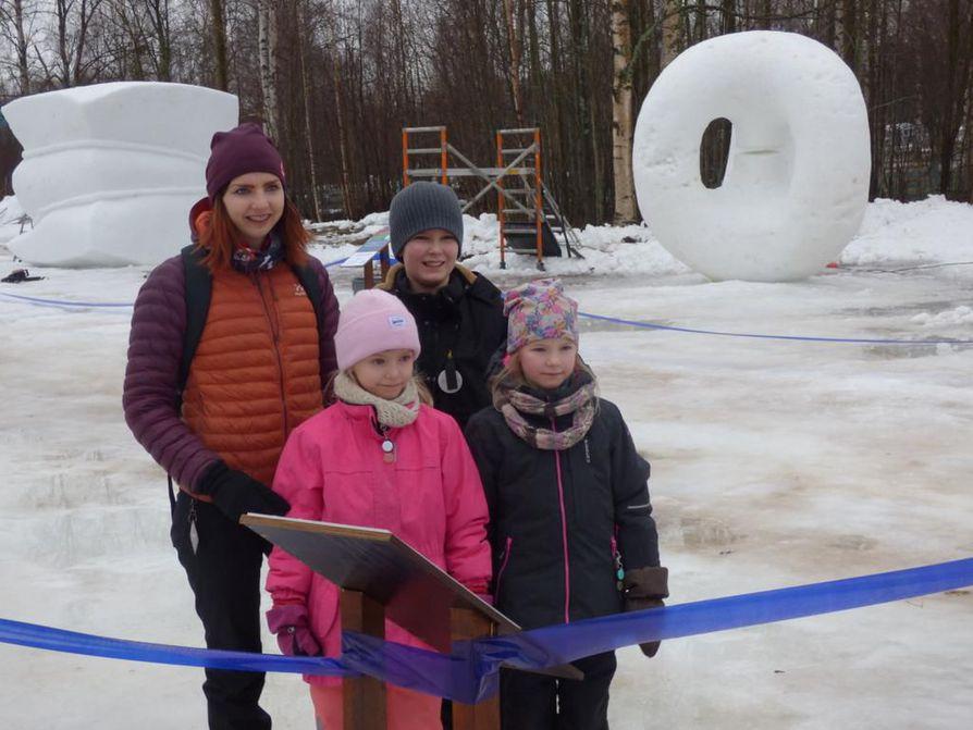 Nallikarissa olivat lauantaina muun muassa Kaisa Lämsä ja lapset Julia, 8, Joona, 11,  ja Olivia, 8.