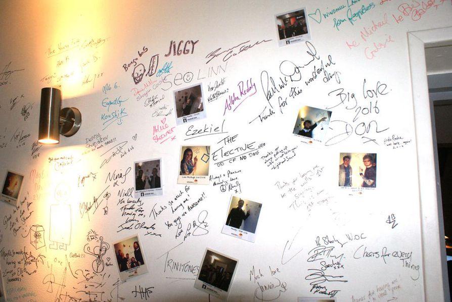 Studioilla vuosien varrella äänittäneet artistit ovat jättäneet terveiset ykkösstudioon johtavan käytävän seinään.