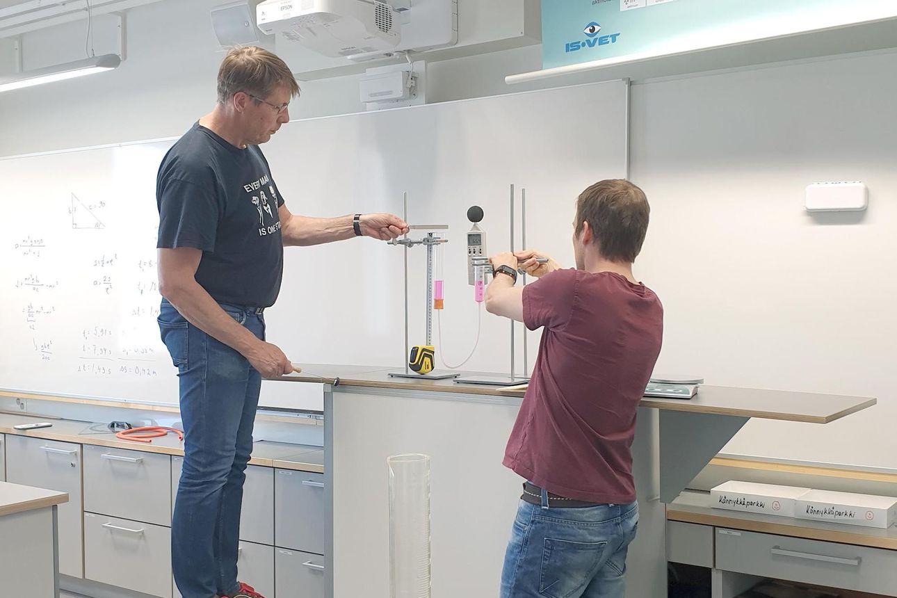 """Oululaiset fysiikan opettajat keksivät tehdä fysiikan mittausvideoista liiketoimintaa, videoiden rooli oppimisessa kasvaa koko ajan – """"Tämä on digivälineiden oikeaa hyötykäyttöä"""""""