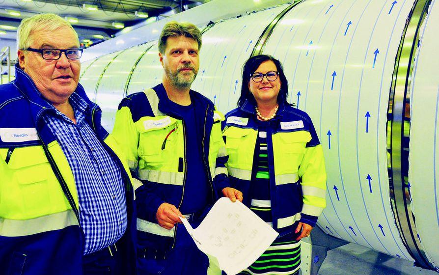 Kiirettä pitää, totesivat Eero Koskelainen, Keijo Laurila ja Satu Heikkilä Nordic Tankin tehtaalla Oulun Oritkarissa. Kuvassa näkyvästä valmisteilla olevasta puoliperävaunusta on tulossa ylemmän kuvan puoliperävaunun kaltainen.