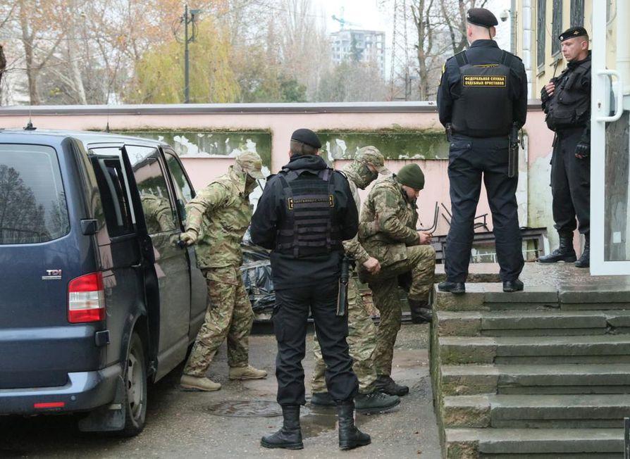 Ukrainalaisten alusten miehistön jäseniä kuljetettiin oikeustalolle Simferopolissa Krimillä.