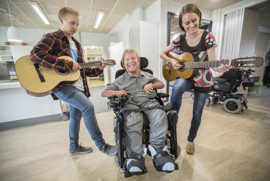 Joonas Kinnunen (vas.) ja Liisa Puhakka kaivanevat tulevaisuudessa kitarat esille vielä monta kertaa. Juhana Heikkinen on mielissään siitä, että uudet naapurit ovat musikaalisia.