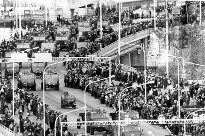 Vanhat kuvat: Paraatijoukkoja ja soihtukulkueita – Itsenäisyyspäivän viettoa Oulussa 1930-luvulta lähtien