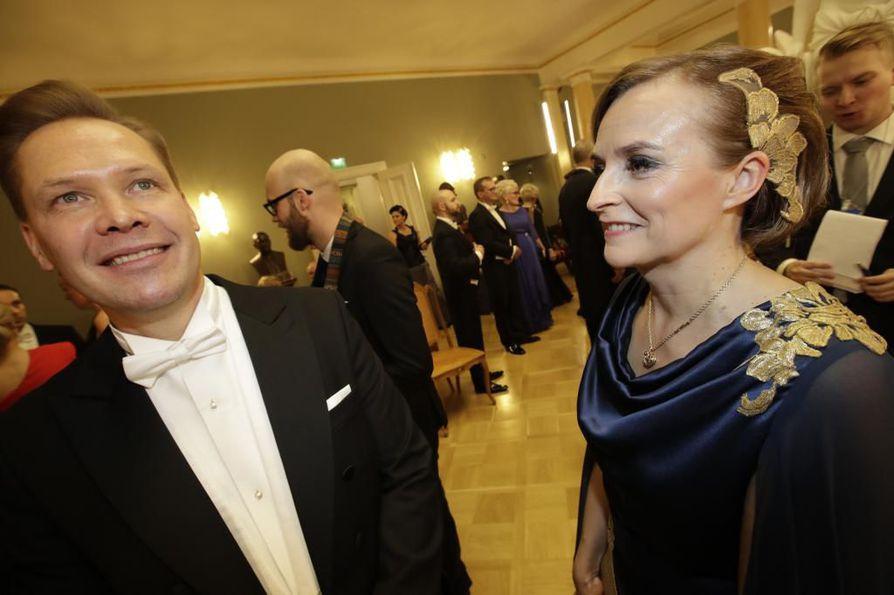 Petteri Lahtela saapui Linnan juhliin yhdessä puolisonsa Virpi Tuomivaaran kanssa, joka oli pukeutunut oululaisen Maarit Paasimaan suunnittelemaan pukuun. Tuomivaara on myös yksi Ouran perustajajäsenistä.