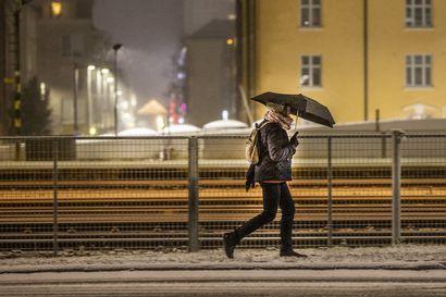 Liisa-myrskyn aiheuttamia sähköratavaurioita saatu korjattua – sähköttä olevien talouksien määrä tippunut kolmannekseen eilisill