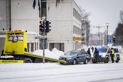 Auto törmäsi kahteen jalankulkijaan Rovaniemen Hallituskadulla – jalankulkijat kävelivät päin punaisia