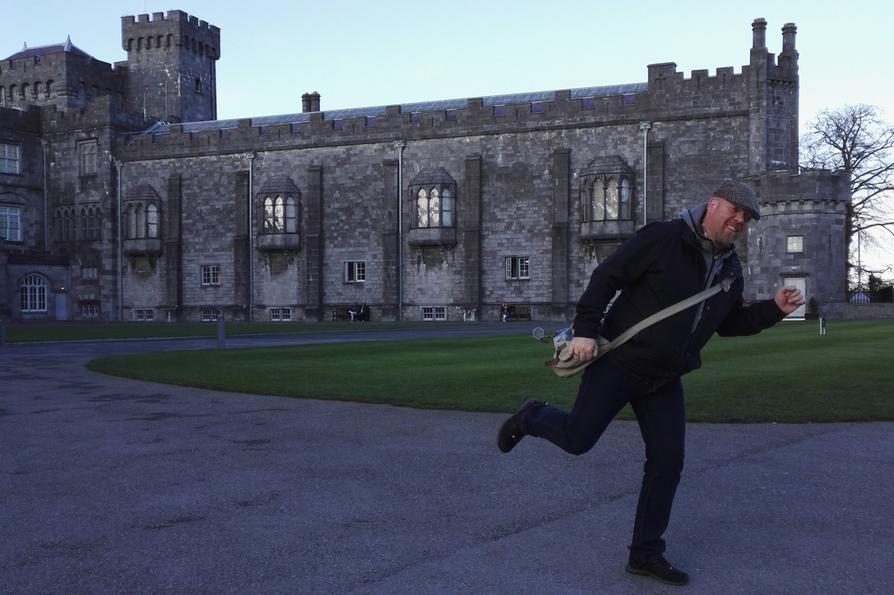 Marko Kauppinen vauhdissa Kilkennyn linnan pihalla.