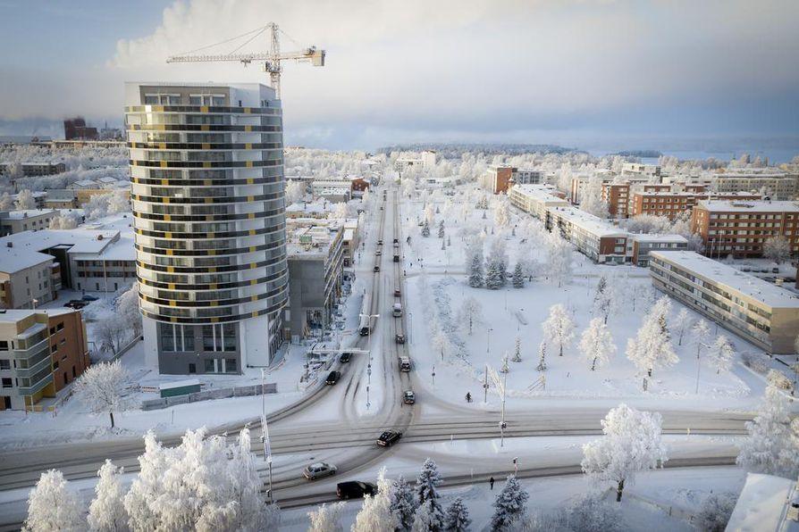 Puistovahti kohoaa yksinäisenä tornina Heinäpään maisemassa. Lisää korkeita taloja on kaavailtu Kyösti Kallion puiston reunaan (kuvassa oikealla). Toiveissa ovat myös lisäkerrokset olemassa oleviin taloihin.
