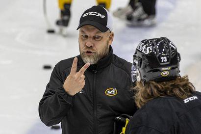 """Kärppien jääharjoituksissa totinen tunnelma: """"Onko teillä jotain epäselvää tässä harjoituksessa?"""" päävalmentaja Mikko Manner ripitti joukkojaan"""