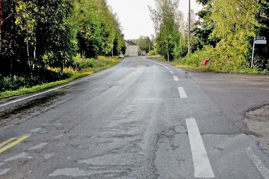 Onnettomuus tapahtui noin kymmenen kilometrin päässä Peräseinäjoelta. Pelastustoimi kuljetti kolariautot pois paikalta aikaisin aamulla.