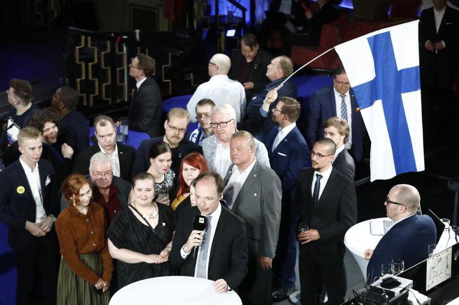 Perussuomalaisten vaalivalvojaisissa huudettiin sunnuntai-iltana eurovaaliehdokas Teuvo Hakkaraisen nimeä.