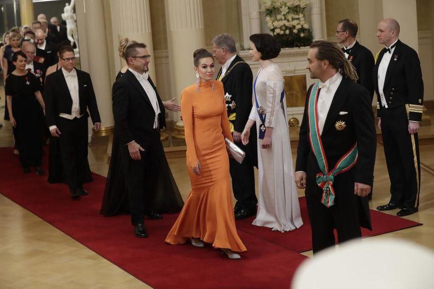 Sukeltaja Mikko Paasin vaimo Krista Paasi oli pukeutunut oranssiin pukuun.