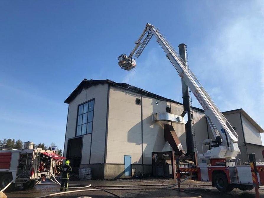 Rakennuksen kattorakenteet kärsivät tulipalossa pahoja vaurioita.