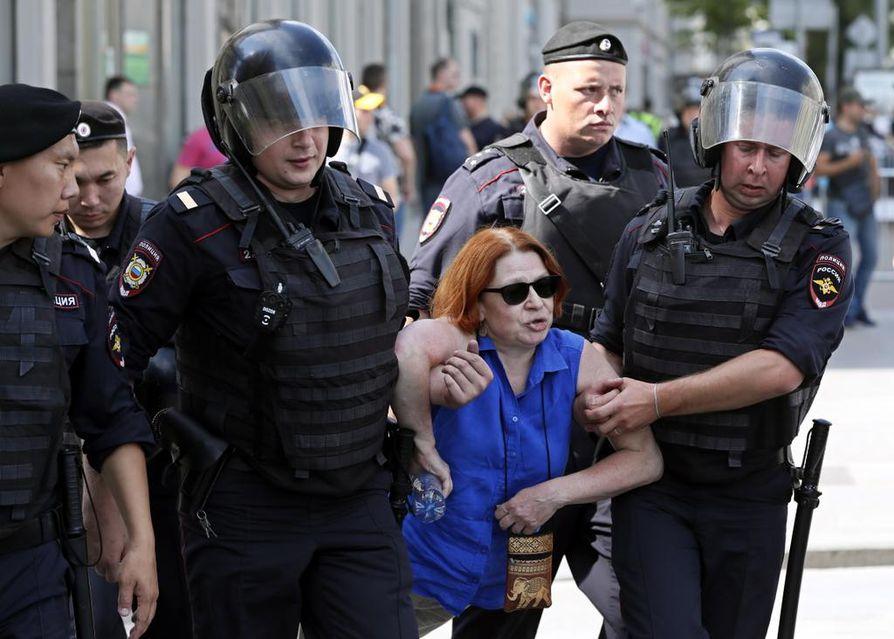 Poliisi otti kovat otteet käyttöön tukahduttaessaan viikonloppuna opposition mielenosoituksen Moskovassa. Opposition ehdokkaita on painostettu ja estetty asettumasta ehdolle syyskuun paikallisvaaleissa. Toiveet venäläisen yhteiskunnan demokratisoitumisesta karkaavat poliisin pamputuksen jäljiltä entistä kauemmaksi.