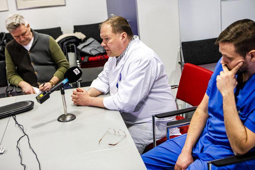 Lapin keskussairaala ja THL pitivät yhteisen tiedotustilaisuuden koronaviruslöydöstä tammikuussa. Tiedotustilaisuudessa olivat mukana Lapin keskussairaalan infektioylilääkäri Markku Broas (kuvassa keskellä) ja tartuntatautien vastaava hoitaja Matias Ahlsved.