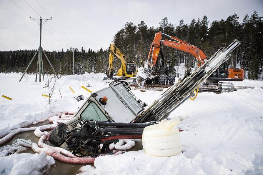 Kaivinkone vajosi jäihin ja vuoti jopa sata litraa polttoöljyä veteen Rovaniemen Seulalammella.