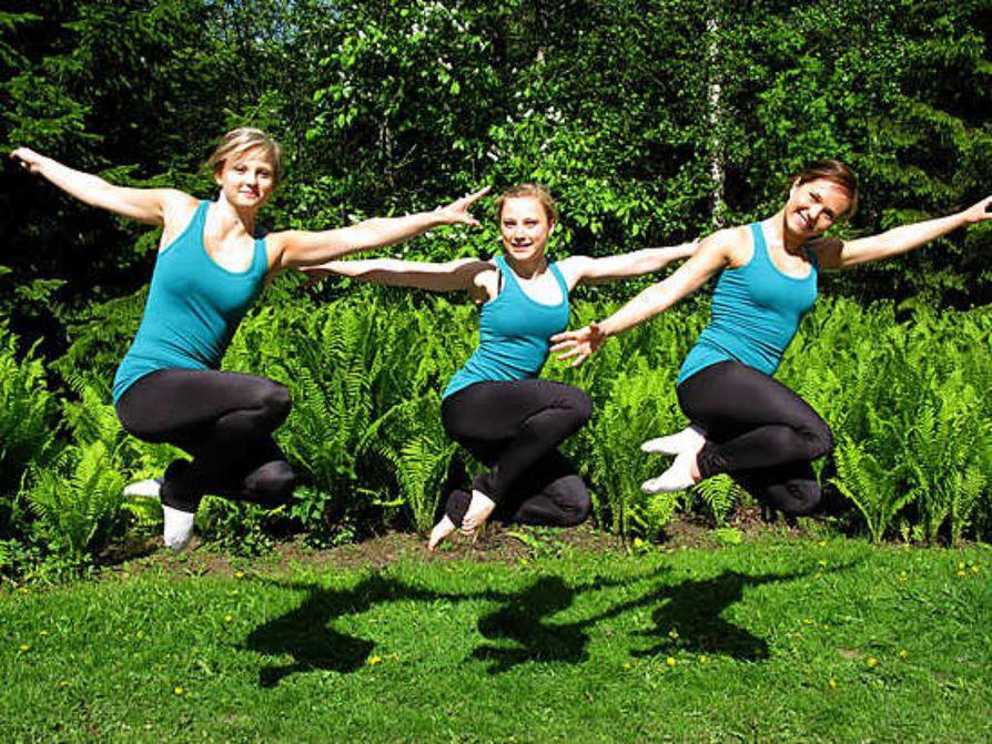 Voimistelu kuuluu oleellisesti Silja Räsäsen (vas), Janette Åmanin ja Anni Saarelan kesälomaan.