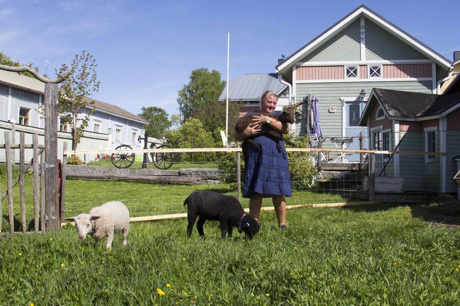 Nina Wikman tarjoaa majoitusta talonsa pihapiiriin kuuluvassa kesähuoneessa. Talo sijaitsee pääkadun varrella, mutta kesähuoneesta on merinäköala ja takapihalla on lampaita.