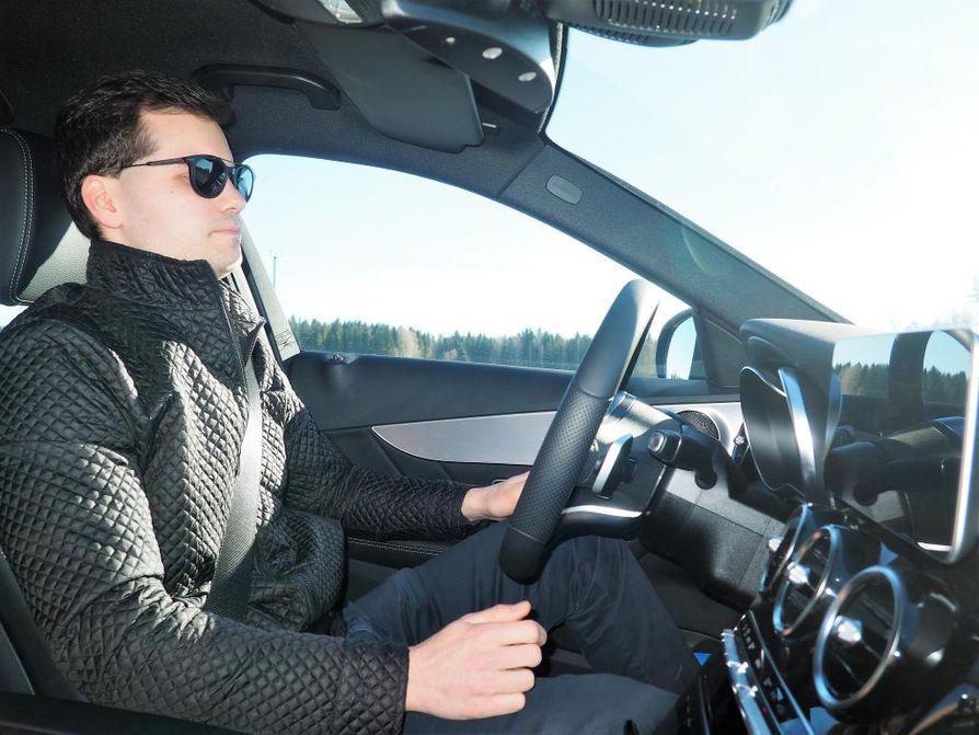 Kun automatiikka on kytketty, Roni Utriainen voi lepuuttaa käsiään ratin kehältä noin 15 sekunnin ajan. Nykylain mukaan ohjauksen saa luovuttaa tekniikalle hetkeksi. Täysautomaattinen liikenne saattaa olla totta monen vuosikymmenen päästä.