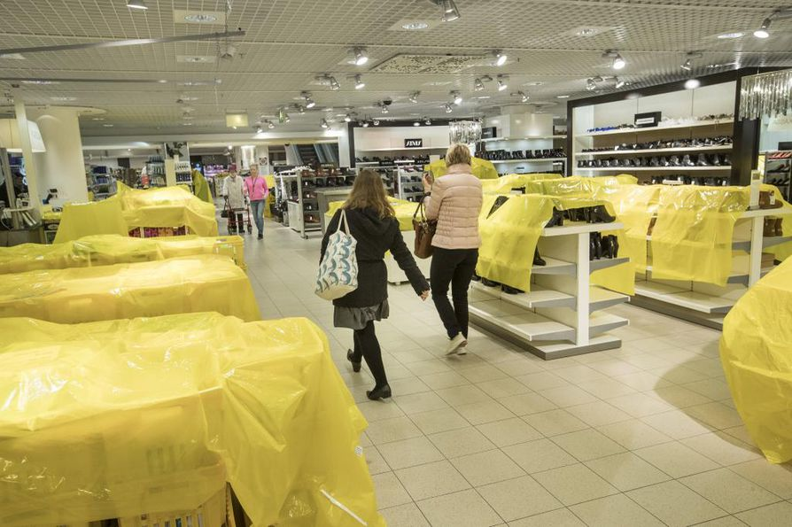 Tiistaina Oulun Stockmannilla valmistauduttiin tavaratalon viimeisiin Hulluihin Päiviin.