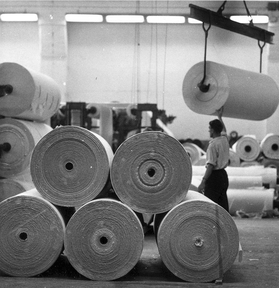 Kreppipaperirullia siirretään Mäntän paperitehtaalla vuonna 1961.
