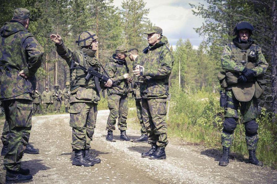 Puolustusvoimien komentaja Jarmo Lindberg keskustelemassa varusmiehen kanssa harjoituksen kulusta, jota hän on tullut seuraamaan. Arkistokuva.