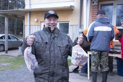 Hirvipeijaisia ei vietetty, mutta lihaa myytiin perinteiseen tapaan –hirvenlihan makuun pääsystä jonotettiin