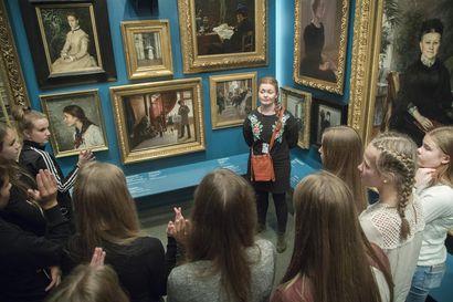 Taidetestaajat palaavat taiteen äärelle vaiheittain – kahdeksasluokkalaiset pääsivät Torniossa rikostarinan äärelle Aineen taidemuseoon