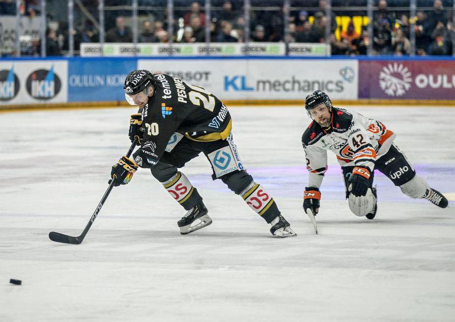Kärppien kolmannen maalin viimeistellyt Janne Pesonen oli liukkaalla pelipäällä ketjukavereidensa Juhamatti Aaltosen ja Jussi Jokisen kanssa.